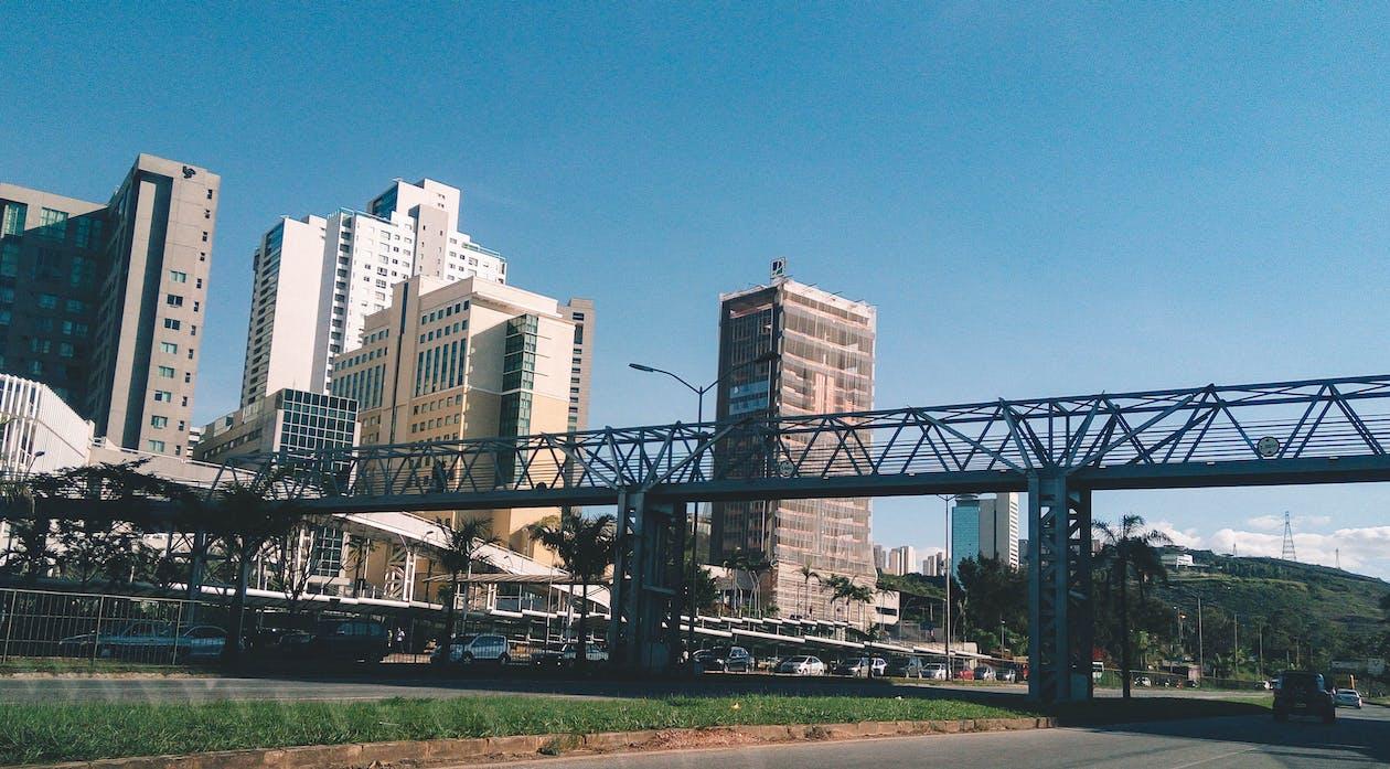 低角度看城市反对晴朗的天空