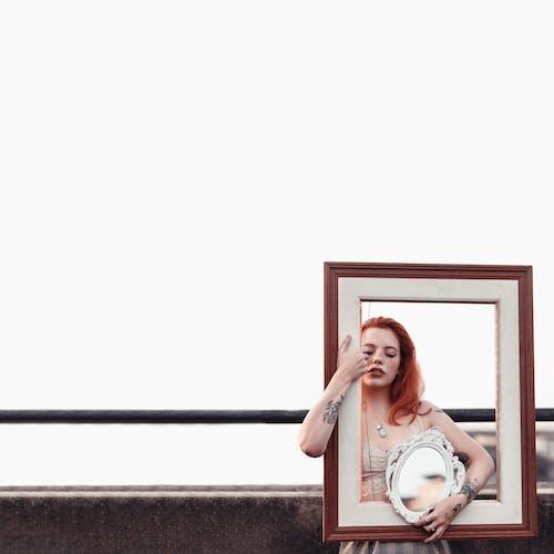 Kostenloses Stock Foto zu bilderrahmen, dame, draußen, fashion
