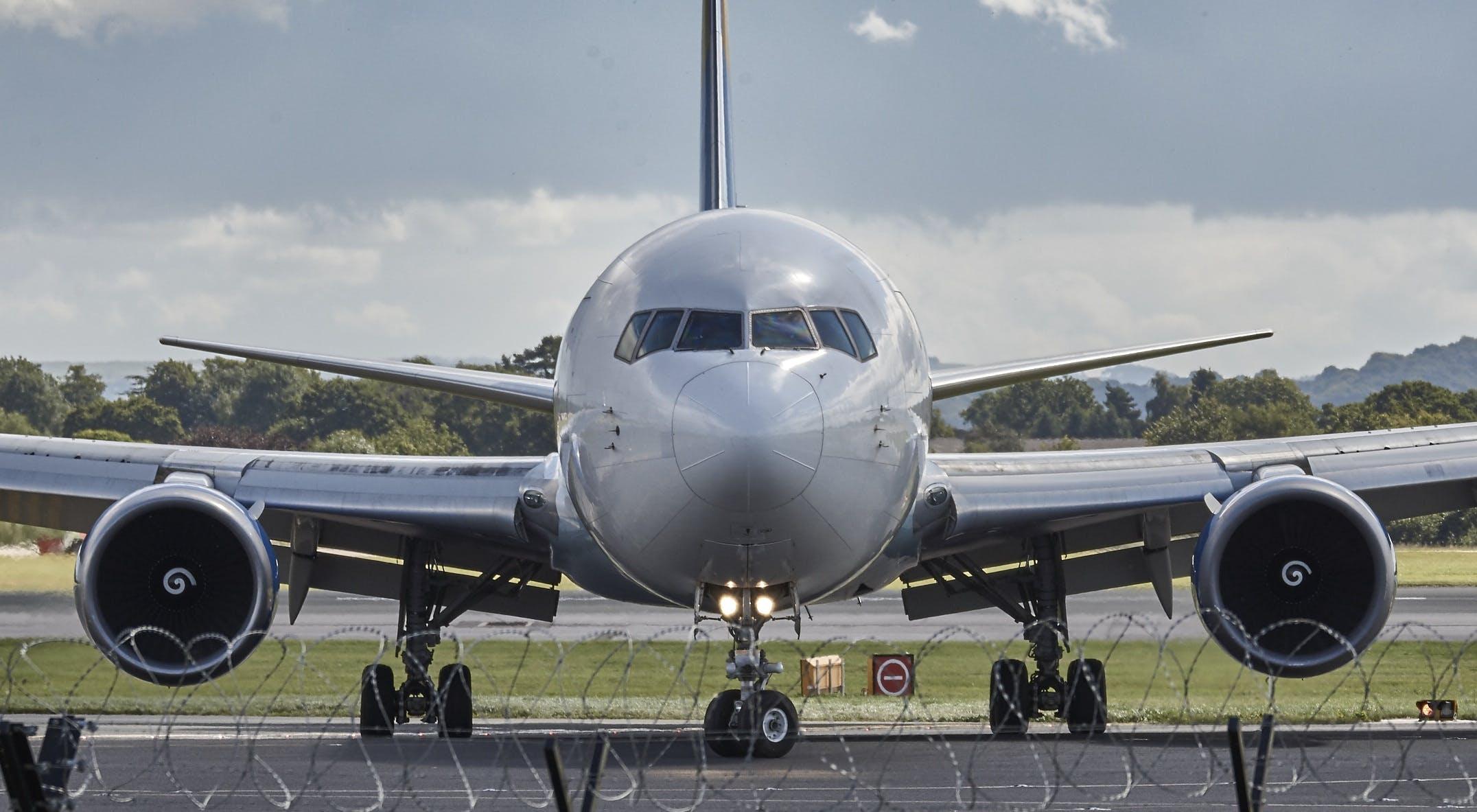 Foto profissional grátis de aeronave, aeroporto, avião comercial, jato