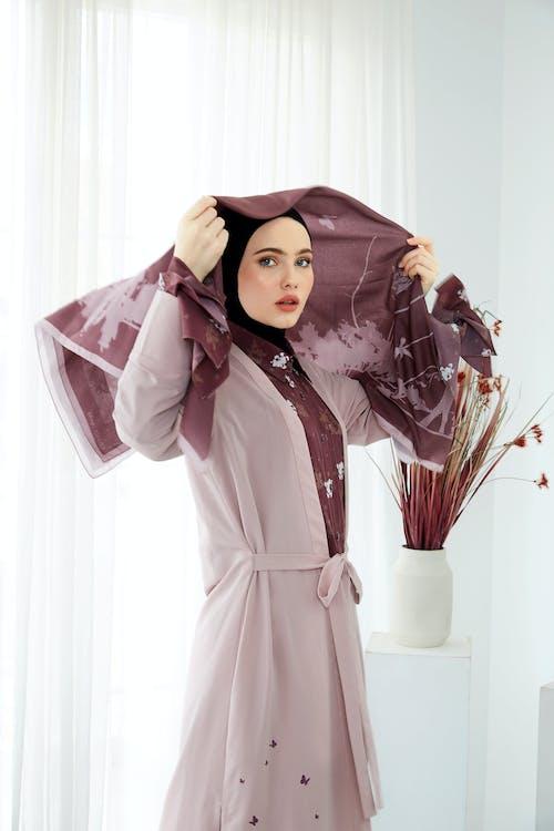 Vrouw Met Paarse Hijab