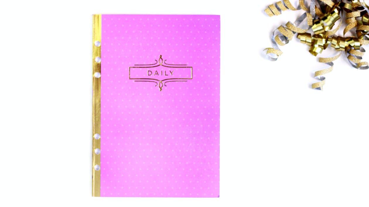 flat lay, kulta, päiväkirja