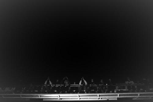 Ingyenes stockfotó boldog emberek, fekete-fehér, fekete-fehér fényképezés témában