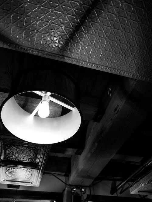 Kostnadsfri bild av restauarant, svartvitt, taklampor