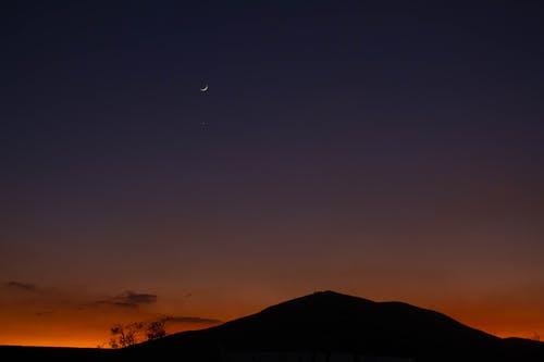 傍晚的天空, 小, 山, 彎月 的 免費圖庫相片