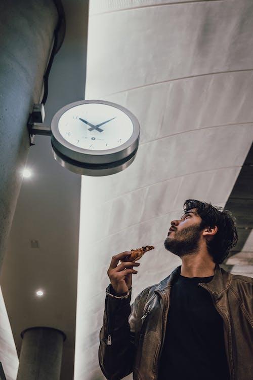 Безкоштовне стокове фото на тему «годинник, жаб'яча перспектива, Залізничний вокзал, людина»