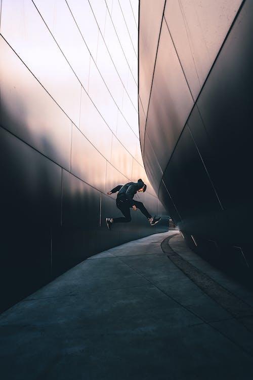 Foto Van Man Springen Op De Stoep