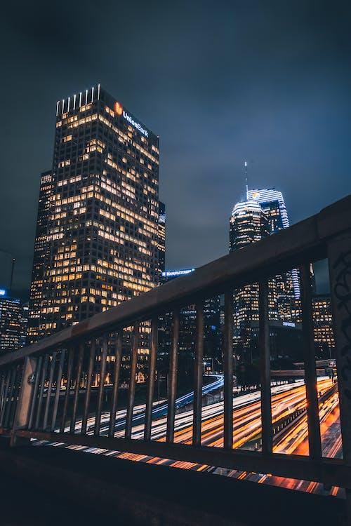 야간 조명이 설치된 도시 건물