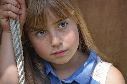 Kostnadsfri bild av barn, blåa ögon, flicka, fräknar