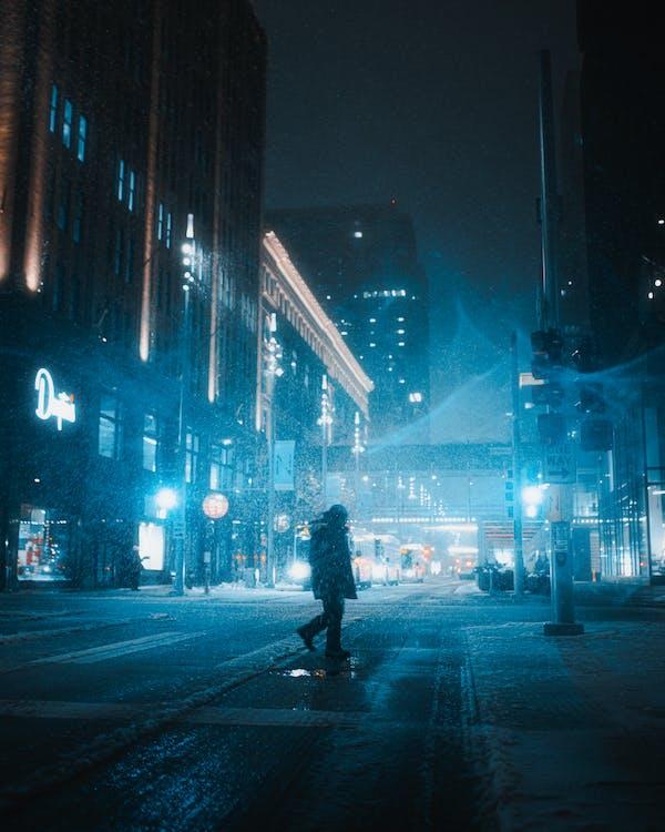 Silhouette Di Attraversare Una Corsia Pedonale In Una Strada Cittadina Di Notte