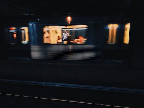 Kostenloses Stock Foto zu bahnhof, beleuchtet, bewegung, lokomotive