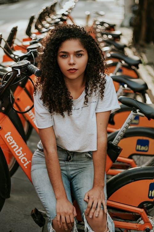 Бесплатное стоковое фото с брюнетка, Велосипеды, выражение лица, вьющиеся волосы
