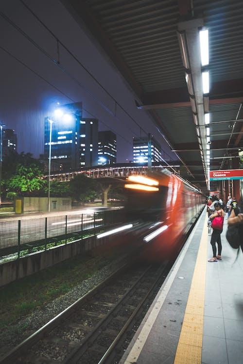 Kostenloses Stock Foto zu abend, autobahn, bäume, beleuchtung