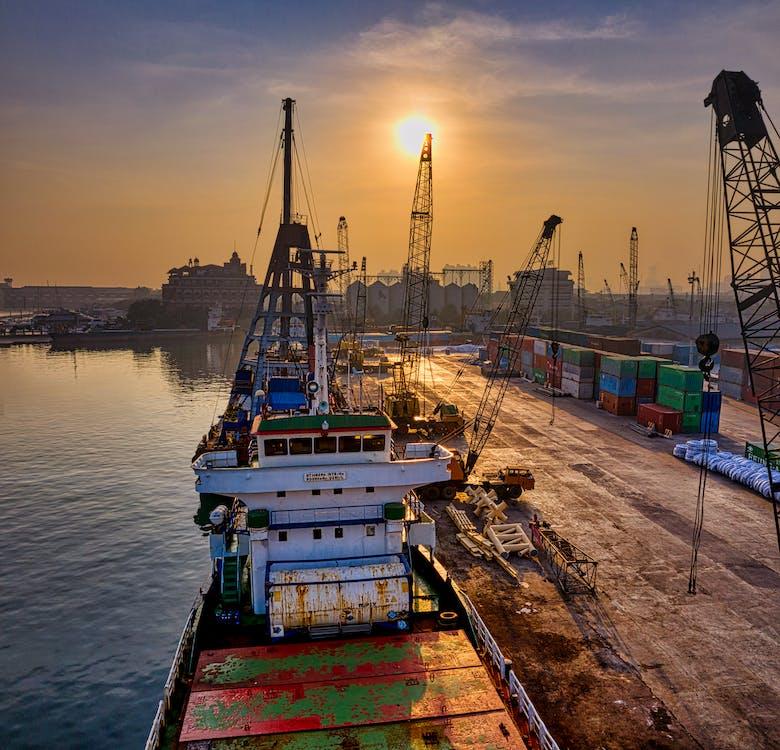 白と緑の貨物船