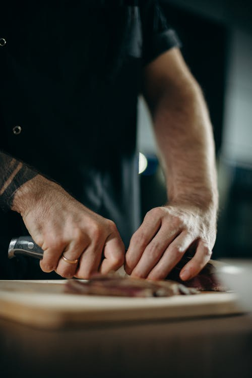 Darmowe zdjęcie z galerii z biznes, danie, dorosły, drewniana deska do krojenia