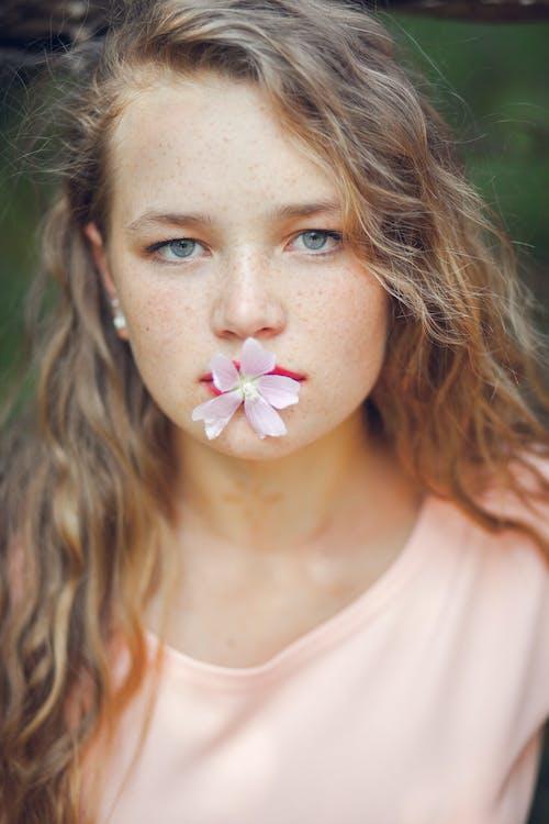 Безкоштовне стокове фото на тему «блондинка, веснянки, вираз обличчя, делікатний»