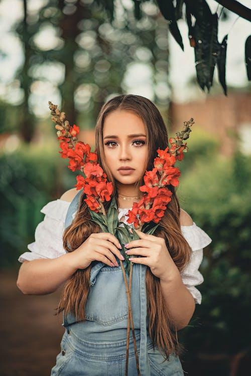 Základová fotografie zdarma na téma brunetka, červené kytky, dívání, dlouhé vlasy