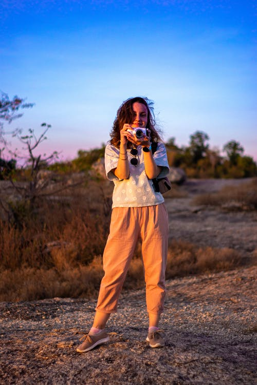 Imagine de stoc gratuită din apus, cer aprins, costum, fata cu aparatul foto