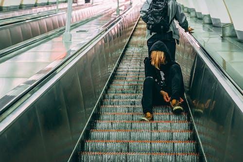 Fotos de stock gratuitas de desgaste, diseñar, escalera mecánica, persona