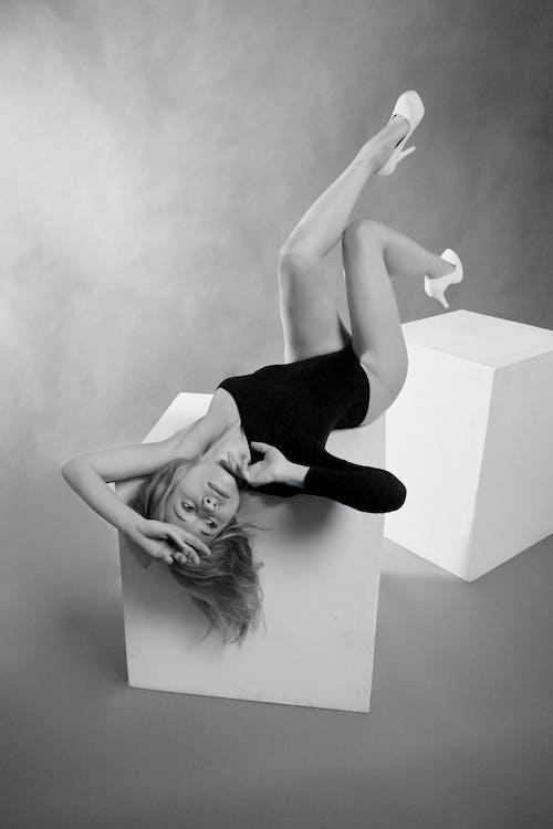 Imagine de stoc gratuită din alb-negru, Culcat, cutie, de sex feminin
