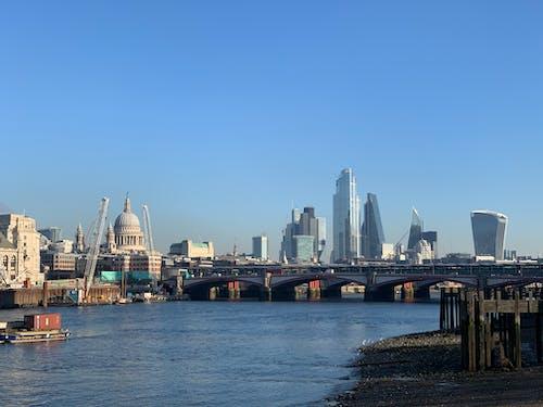 강, 건물, 고층 건물, 도시의 무료 스톡 사진
