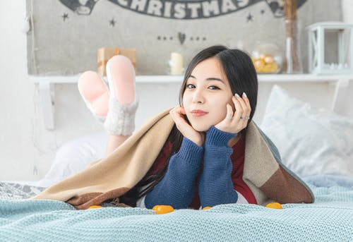 Бесплатное стоковое фото с в помещении, выражение лица, вязаный свитер, женщина