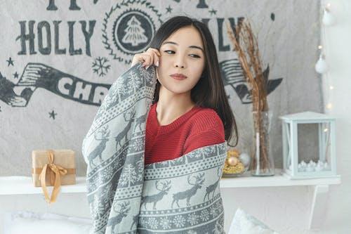 Бесплатное стоковое фото с брюнетка, выражение лица, вязаный свитер, женщина