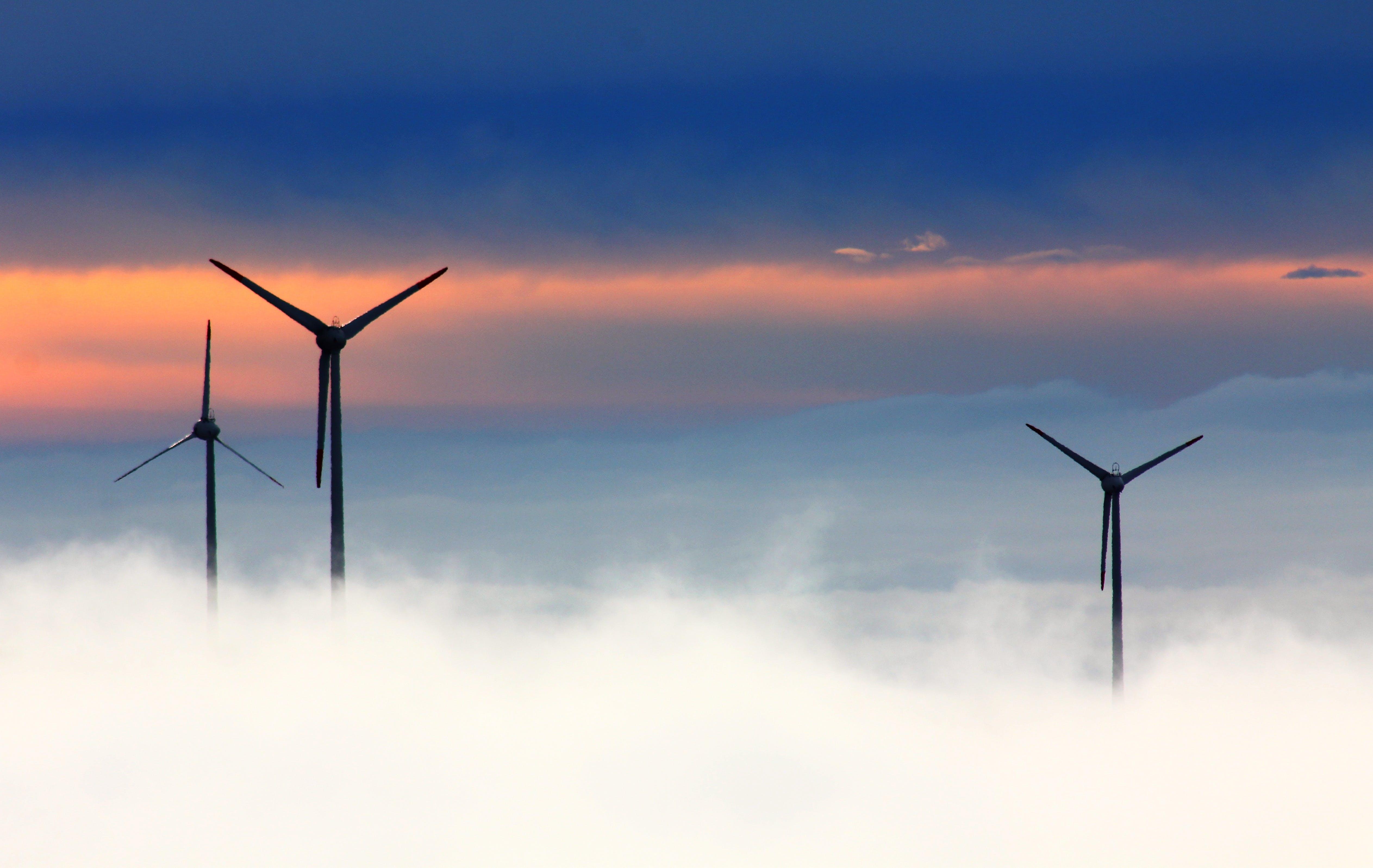 Kostenloses Stock Foto zu himmel, nebel, silhouette, windkraftanlagen