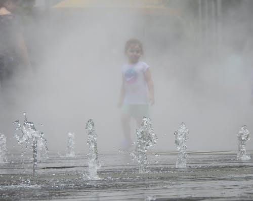 คลังภาพถ่ายฟรี ของ น้ำพุ, สาวน้อย, หมอก