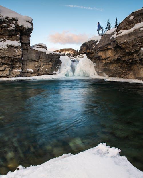 Alberta, arazi, ayakta, doğal kaya oluşumu içeren Ücretsiz stok fotoğraf