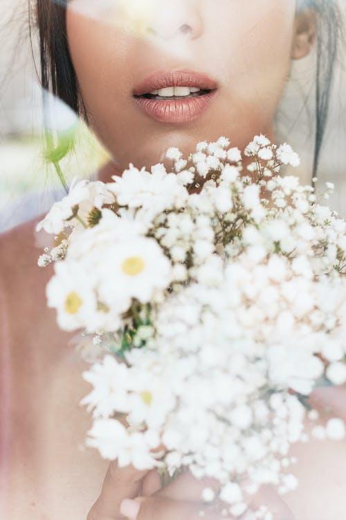 Kobieta Trzyma Bukiet Białych Kwiatów