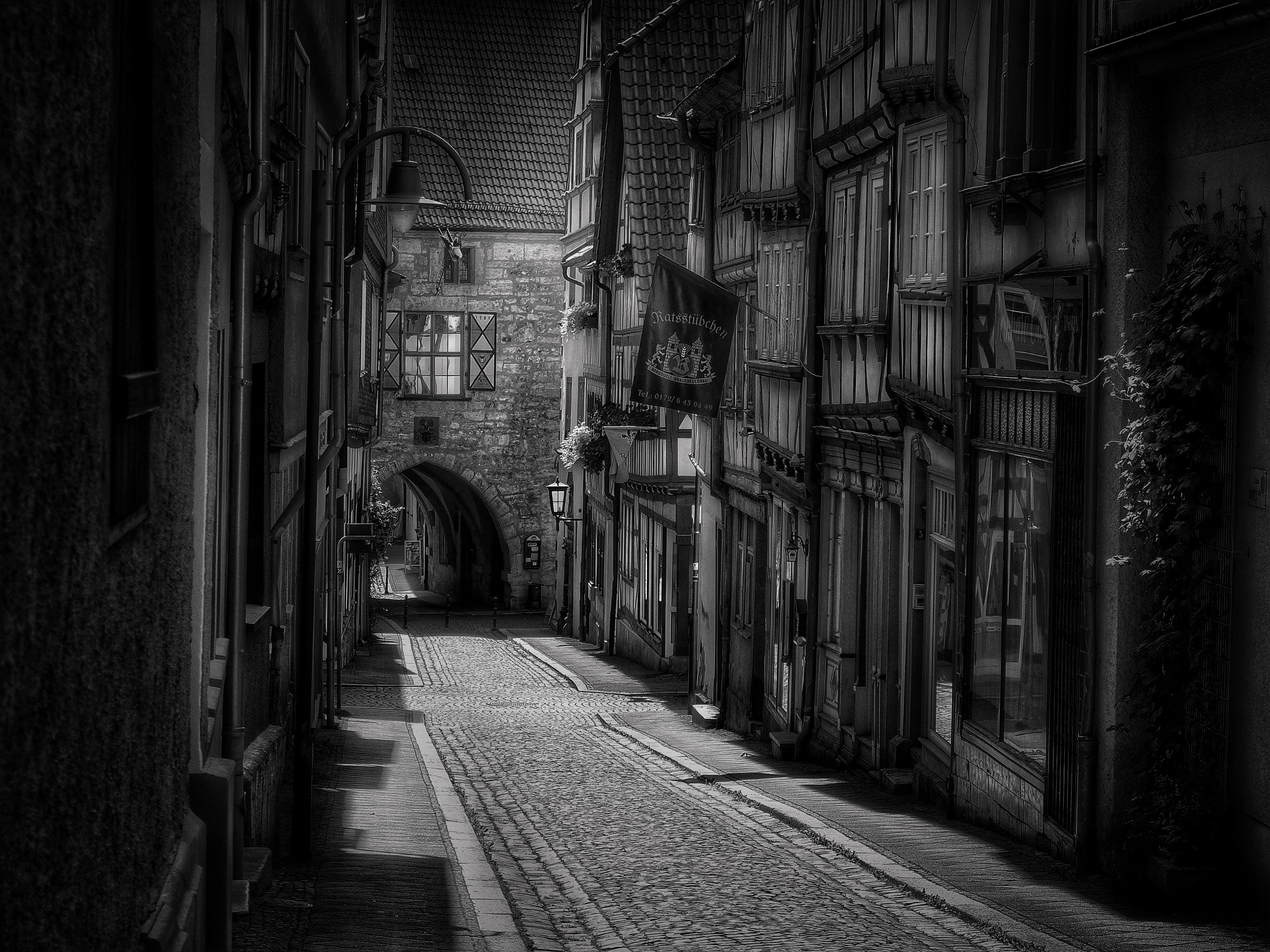 blanco y negro, braguero, calle de adoquines