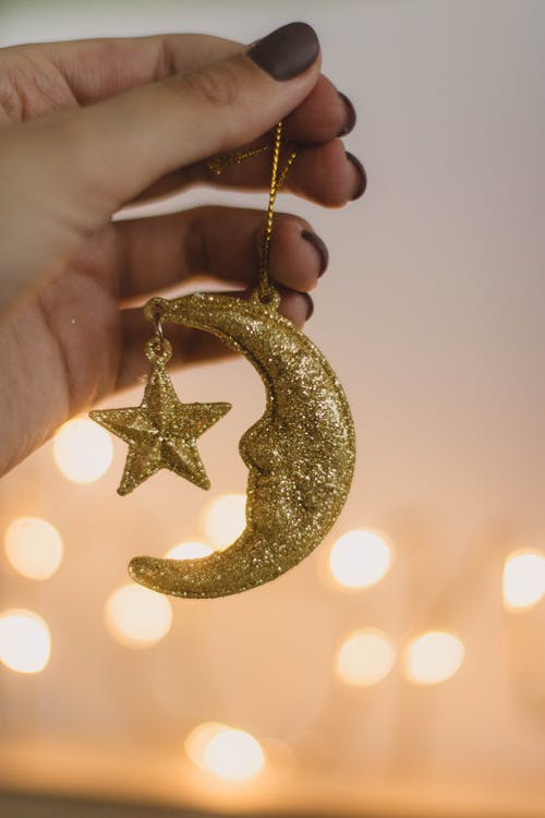 Persoon Met Goud Glinsterde Crescent Moon Ornament
