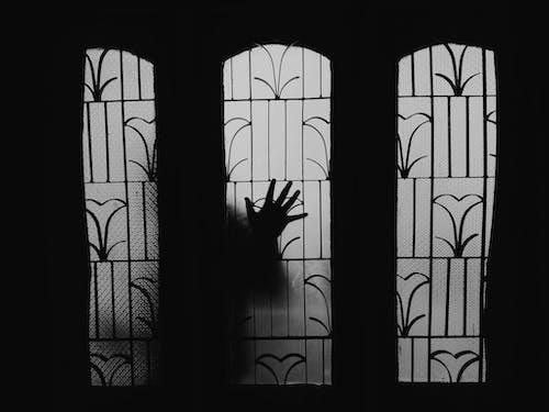 拿著玻璃窗的人