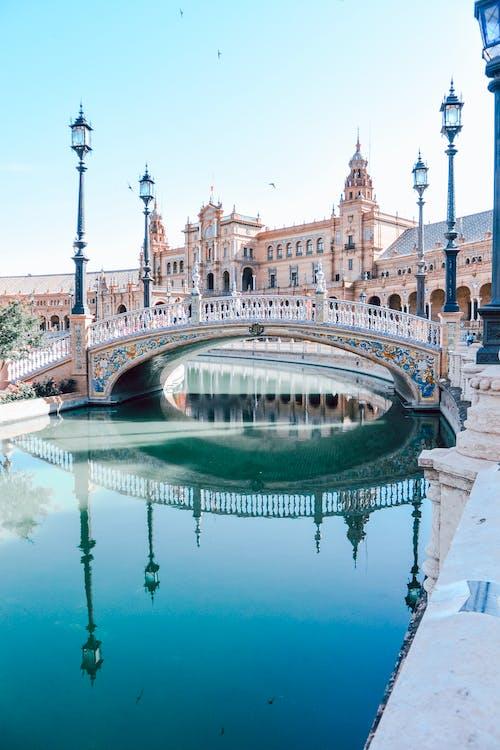 Ponte, Lampioni, Specchio D'acqua E Edifici Durante Il Giorno