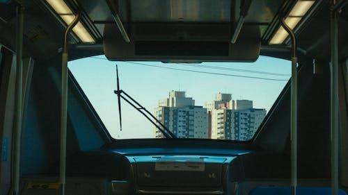Ilmainen kuvapankkikuva tunnisteilla arkkitehdin suunnitelma, ikkunat, julkinen liikenne, juomalasi