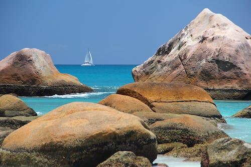 Foto profissional grátis de à beira-mar, água, barco, barco a vela