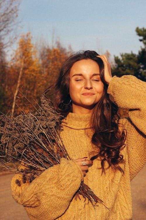 Бесплатное стоковое фото с 20-25 years old woman, autumn, autumn color, autumn mood