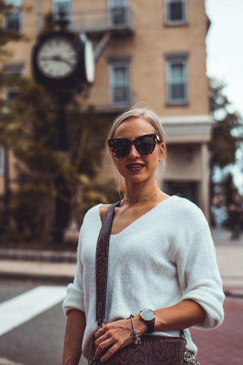 人, 墨鏡, 女人, 微笑 的 免费素材照片