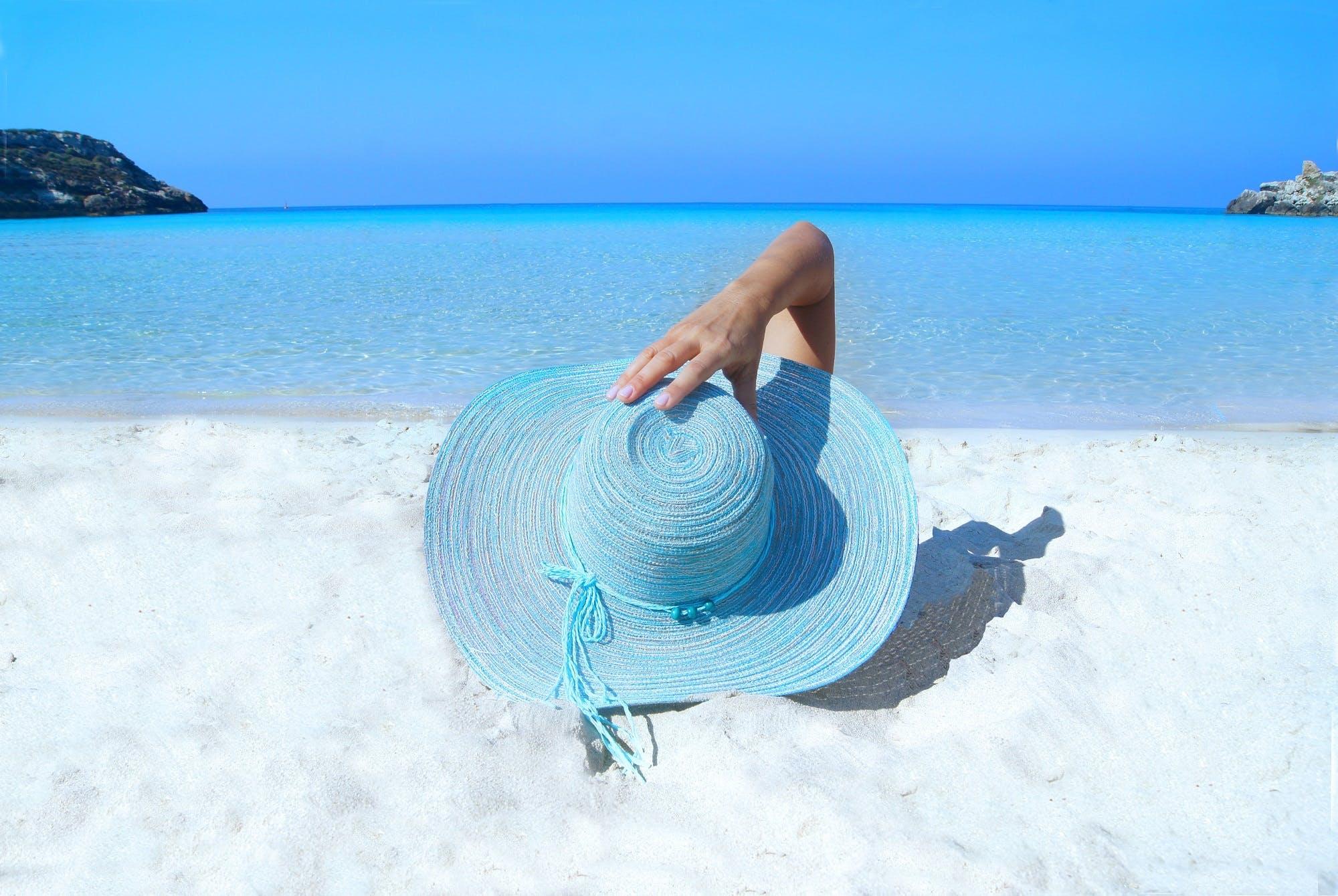 Kostnadsfri bild av blå, hand, hatt, hav