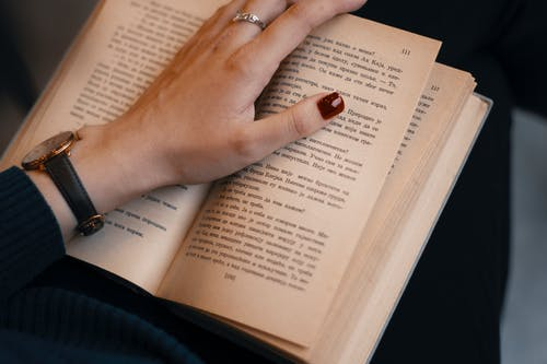Gratis stockfoto met boek, gemanicuurde nagels, geschreven stuk, hand