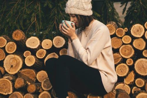 Immagine gratuita di abbigliamento caldo, abbigliamento invernale, albero, bevendo