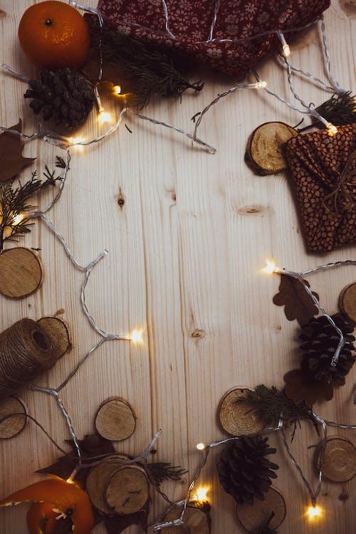 Darmowe zdjęcie z galerii z boże narodzenie, dekoracja świąteczna, drewniany blat, elektryczne światła