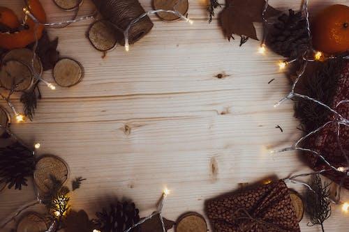 冷杉, 木桌面, 燈光, 秋季裝修 的 免費圖庫相片