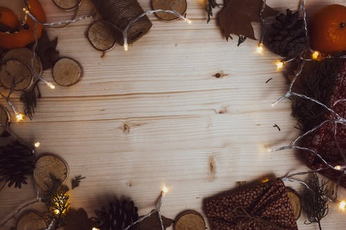 Gratis stockfoto met dennenappel, dennenboom, elektrische lichten, herfstdecoratie