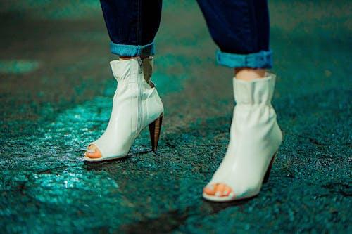 Základová fotografie zdarma na téma betonový povrch, boty, boty na jehle, držení těla