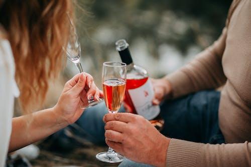 Zwei Personen, Die Beim Trinken Glasflöten Halten