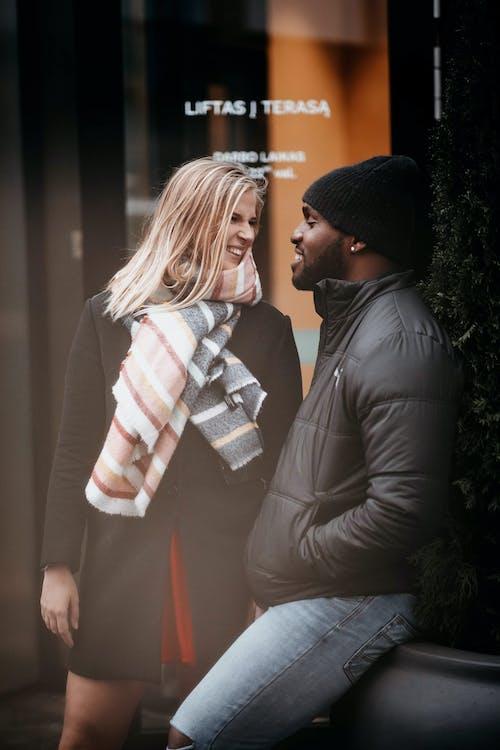 Kostenloses Stock Foto zu afroamerikaner, beziehung, blond, draußen