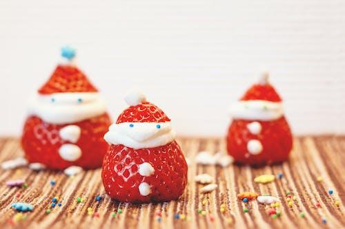 Gratis arkivbilde med jordbær, juledekorasjon, julenisse, morsom