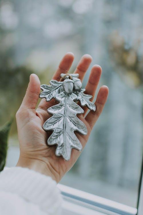 シルバーのクリスマスツリーの飾り