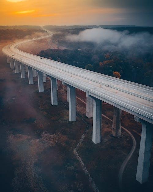 Photos gratuites de autoroute, béton, brouillard, ciel
